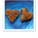 Stekta linshjärtan på ett turkosfärgat fat.
